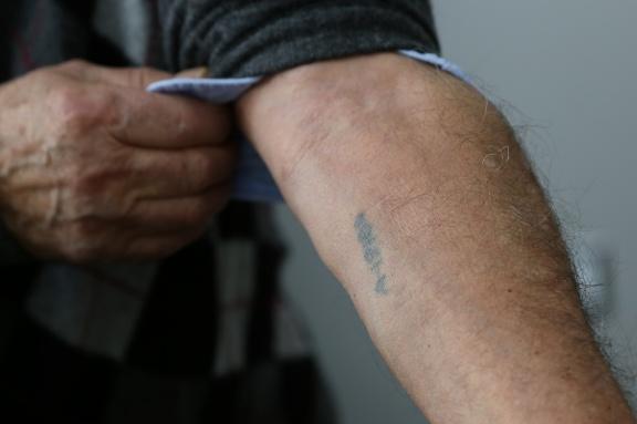 Howard Kleinberg. Auschwitz tattoo A-19186. (Michel Botman Photography, Toronto, February 2013)